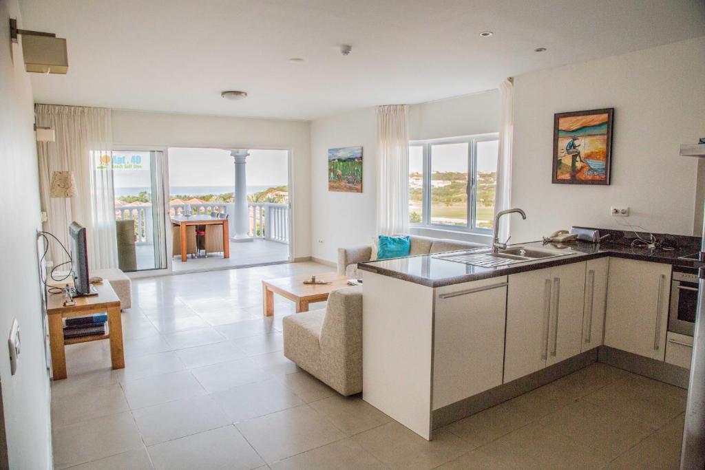 A cozinha ou cozinha compacta de Apt40 with Nice Seaview at BlueBay