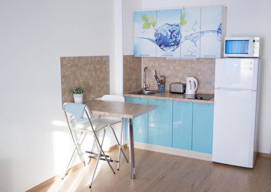 Кухня или мини-кухня в ZimaLeto apartment na Energetikov 9