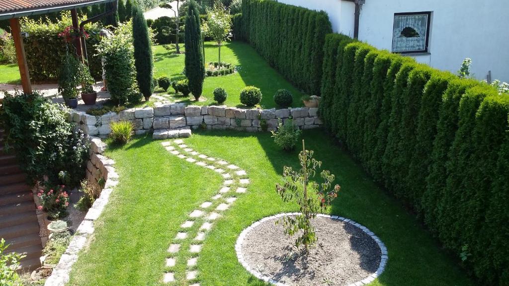 Ein Blick auf den Garten von der Unterkunft Oase aus oder aus der Nähe
