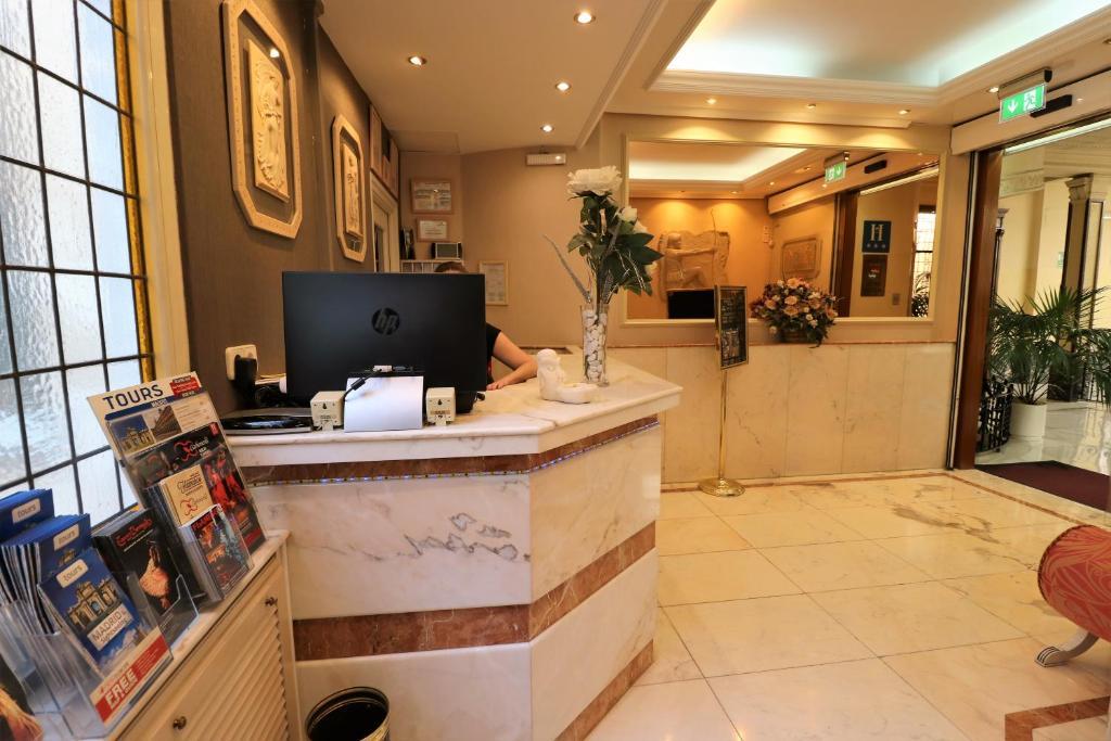 The lobby or reception area at Hostal Hispano - Argentino