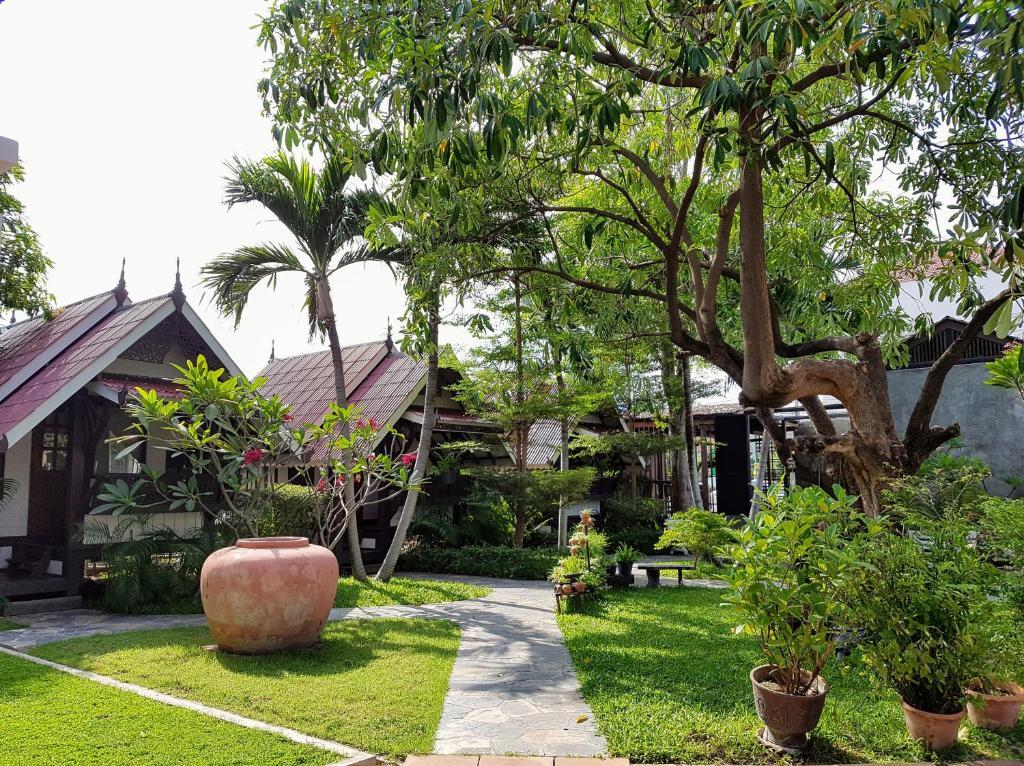 A garden outside Niwas Ayutthaya