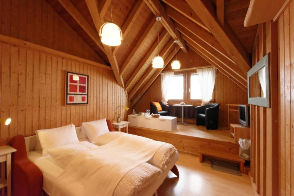 Ein Bett oder Betten in einem Zimmer der Unterkunft BnB Alpenblick