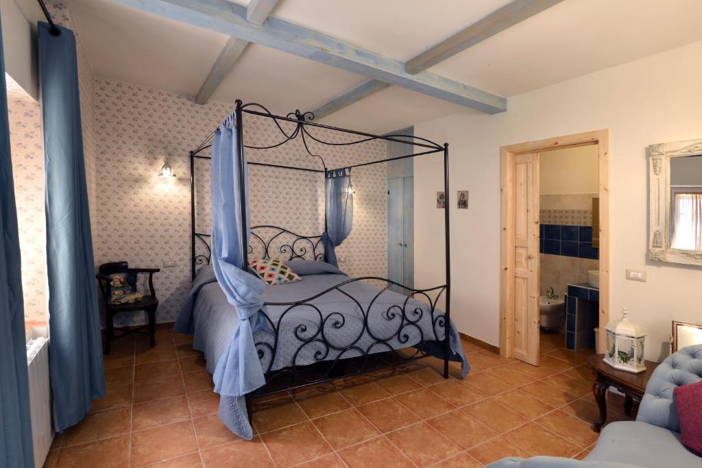 A bed or beds in a room at Borgo dei Pescatori Lecco