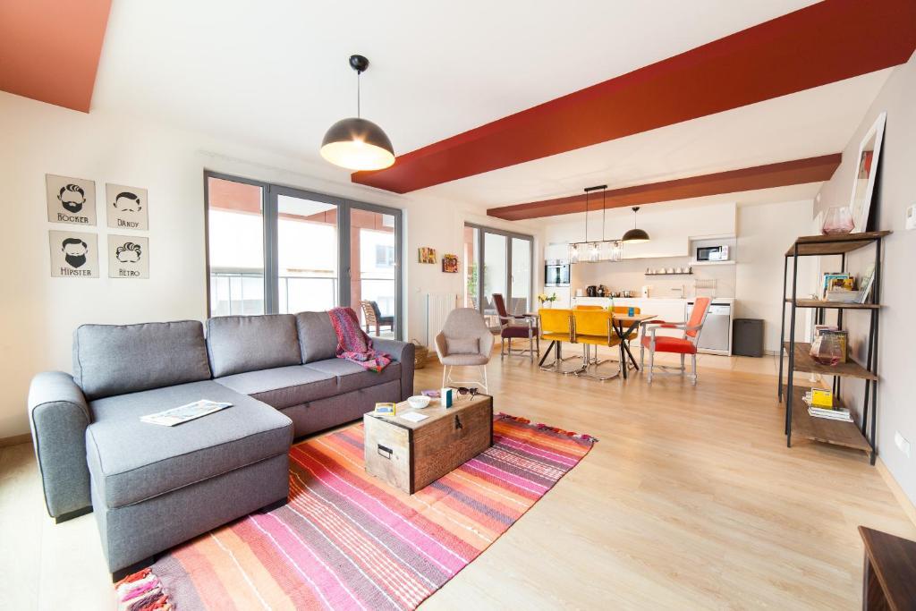 A seating area at Sweet Inn Apartment - Monnaie