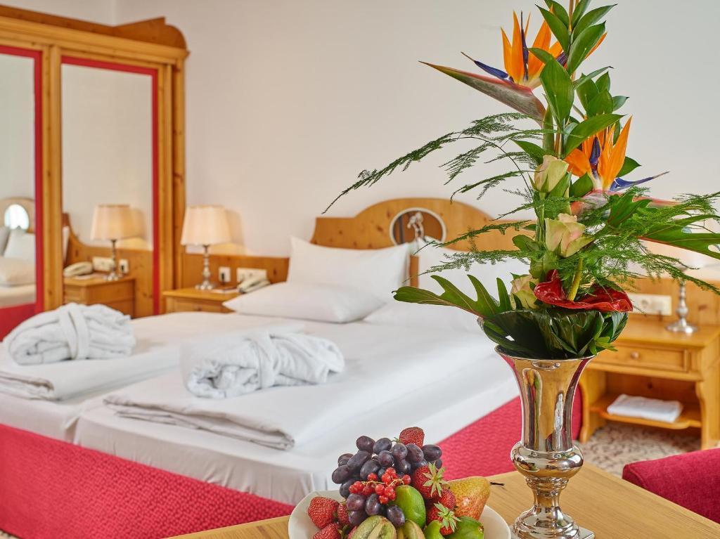 Ein Bett oder Betten in einem Zimmer der Unterkunft Maximilian Quellness und Golfhotel