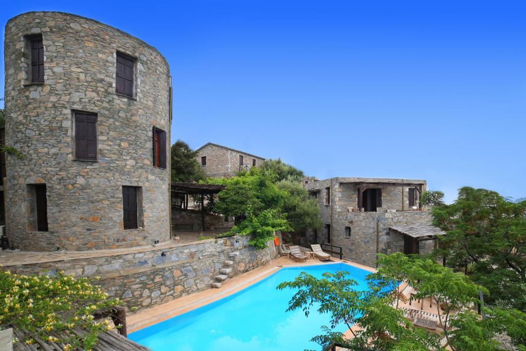 Der Swimmingpool an oder in der Nähe von Pyrgos Traditional Village