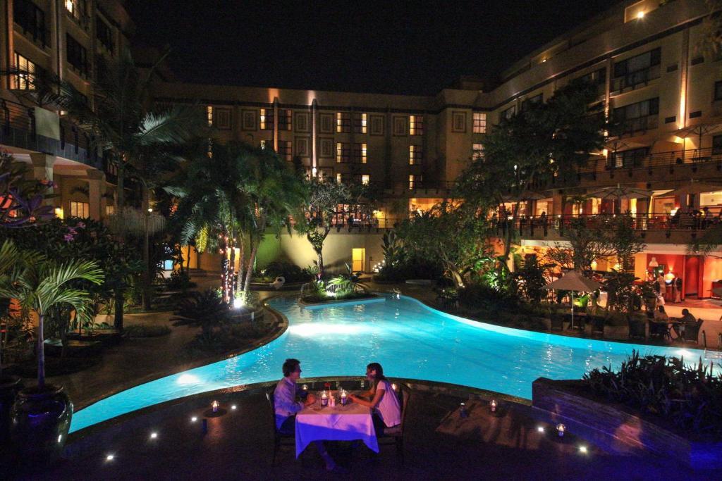 キガリ セレナ ホテルの敷地内または近くにあるプールの景色