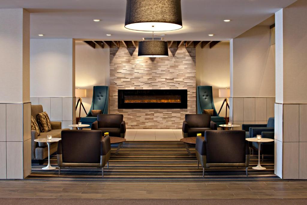 The lobby or reception area at Delta Hotels by Marriott Winnipeg