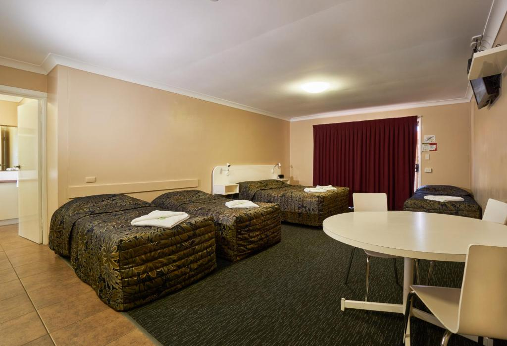 A bed or beds in a room at Jefferys Motel
