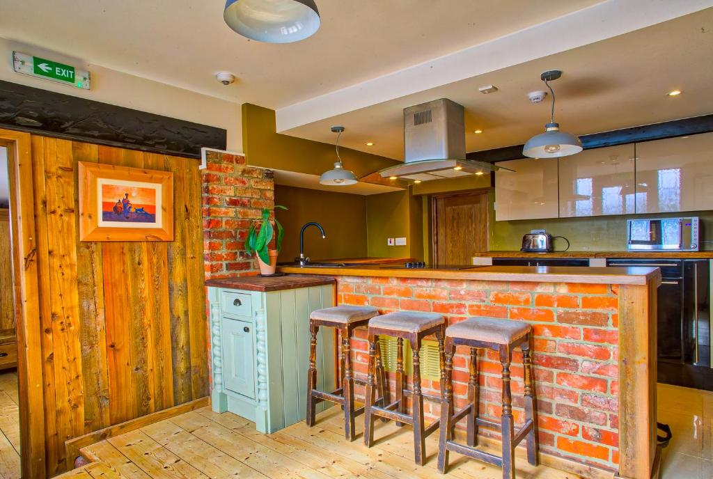 A kitchen or kitchenette at Easton Guest House and Apartments