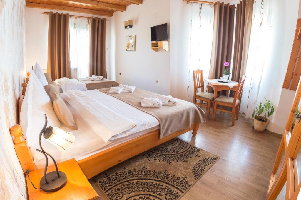 Кровать или кровати в номере Pensiunea Faur