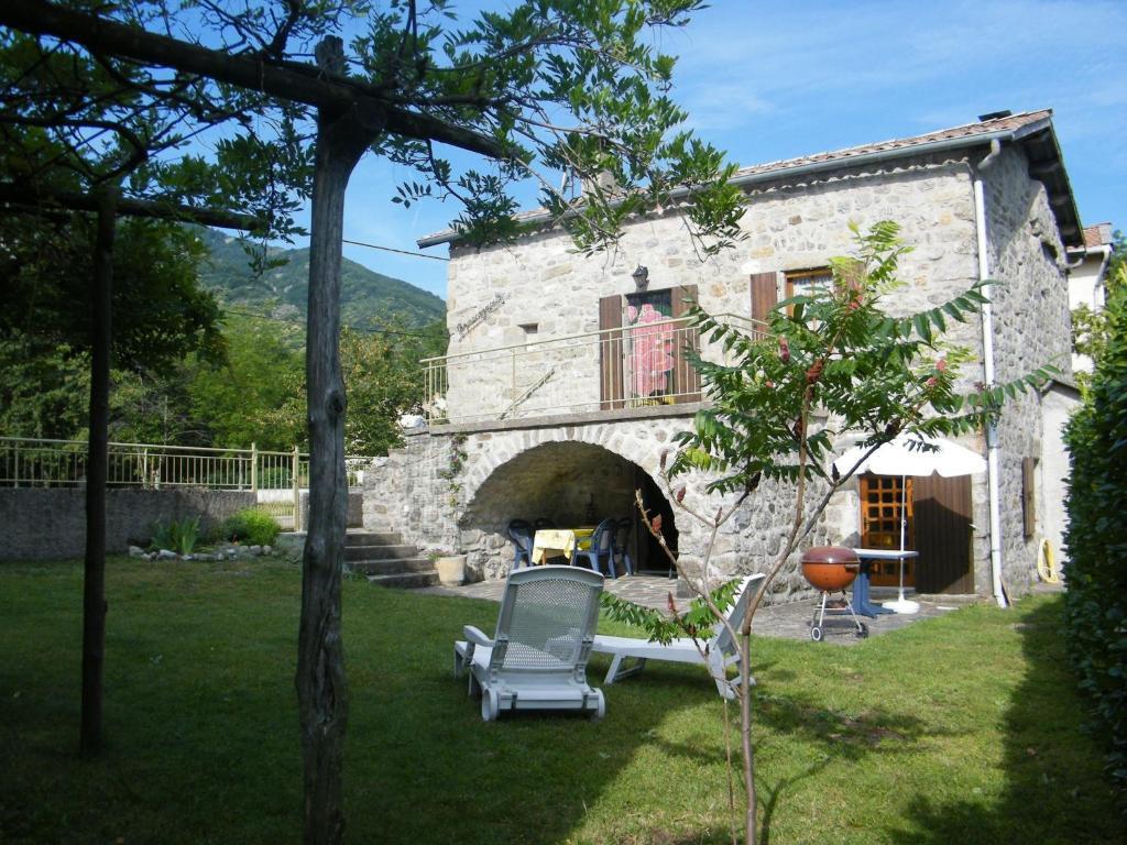Cozy Holiday Home in La Souche by Le Lignon River