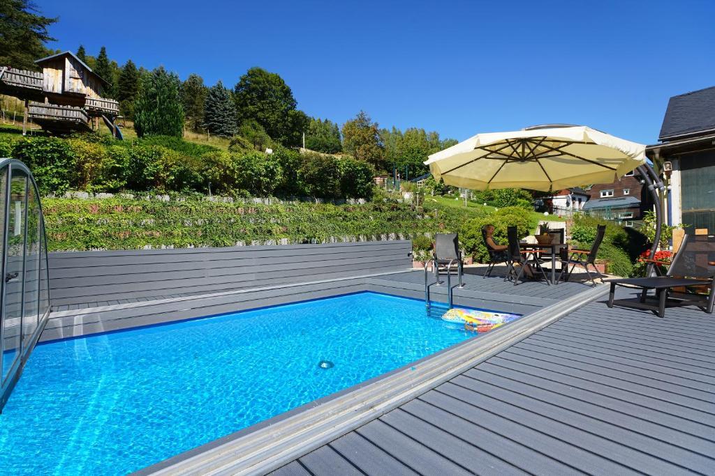 """Der Swimmingpool an oder in der Nähe von Ferienwohnungen """"Zur Alten Eiche"""""""