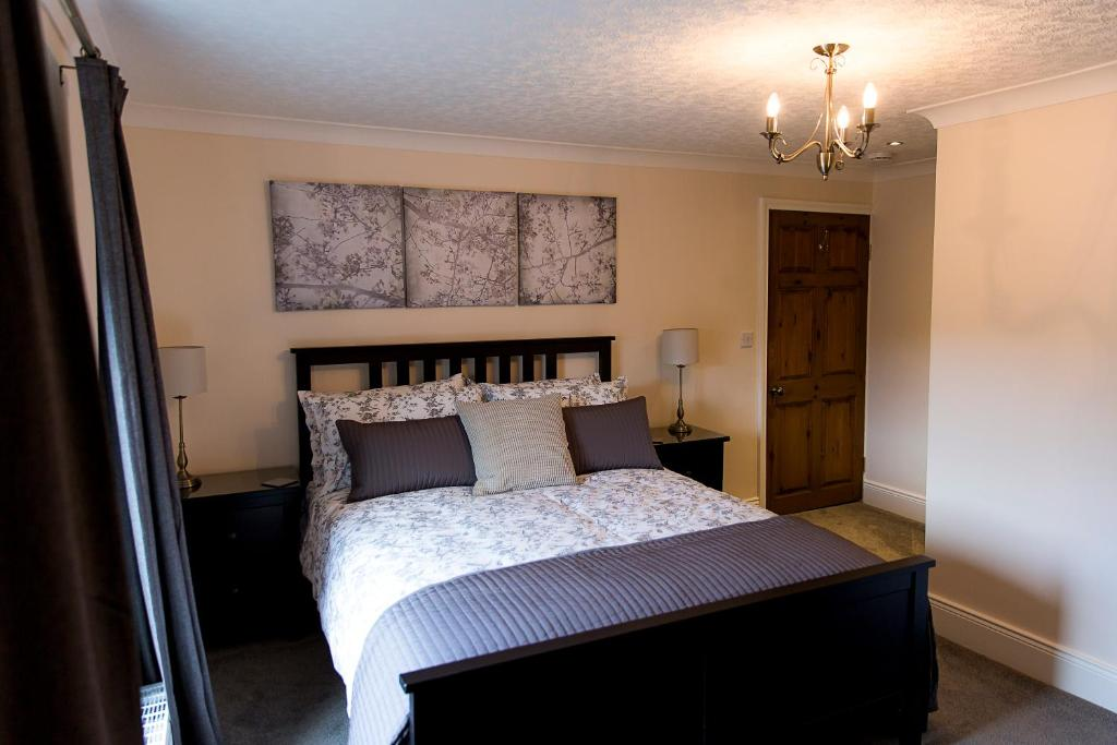A bed or beds in a room at Belford House