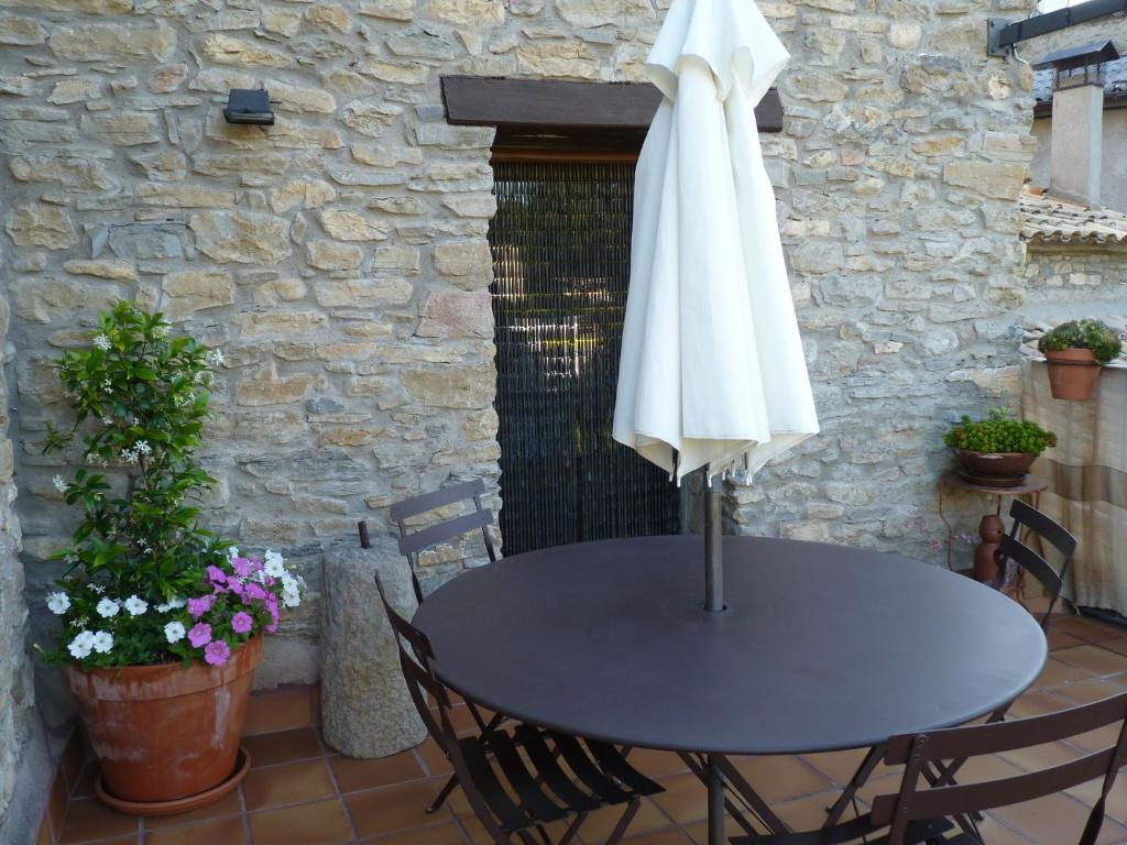 Cozy Cottage in Castigaleu with Garden 1