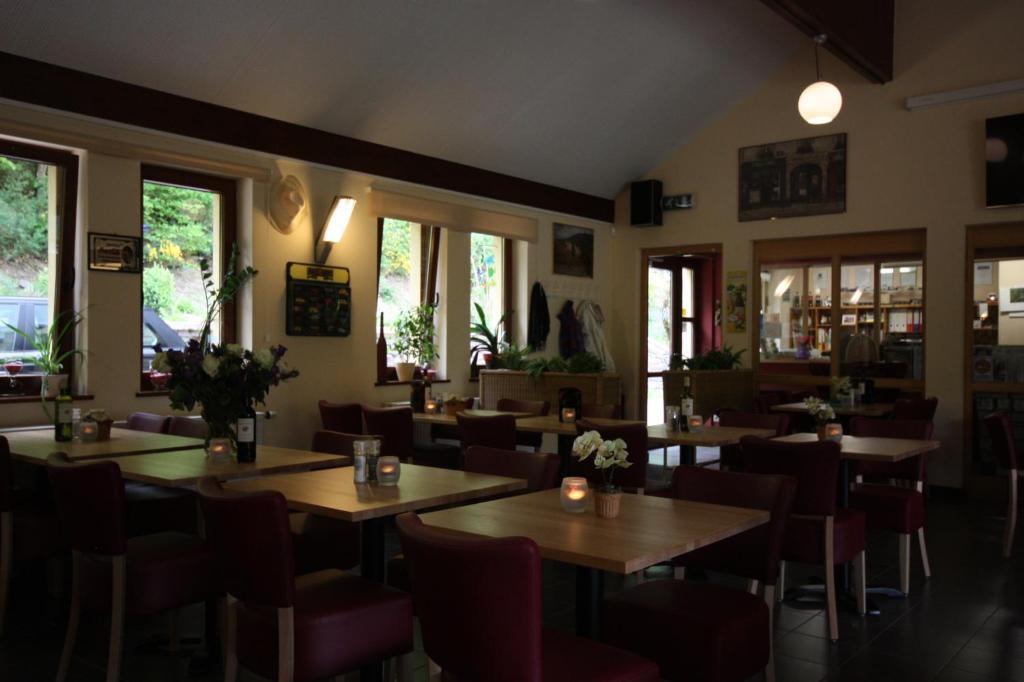 Ein Restaurant oder anderes Speiselokal in der Unterkunft Camping Kautenbach