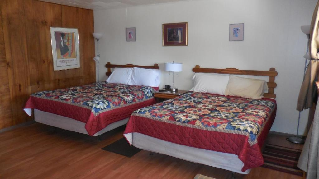 A bed or beds in a room at Elkhorn Lodge