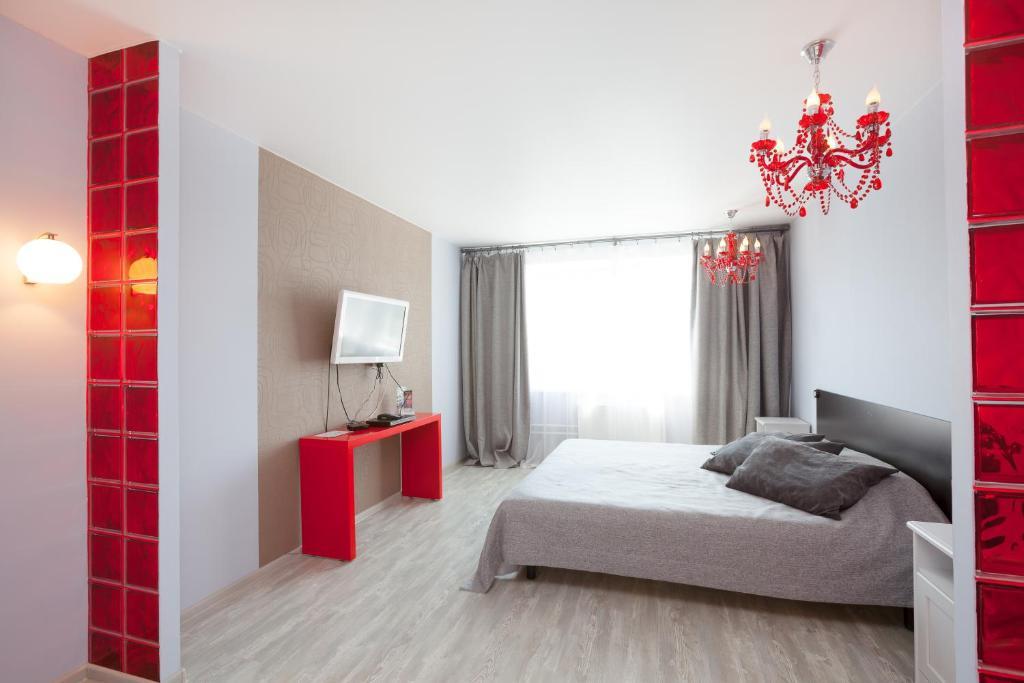 Кровать или кровати в номере EtazhiDaily at Belinskogo