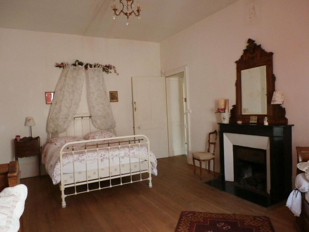 A bed or beds in a room at Rustic Holiday Home inGray Franche-Comte with Garden