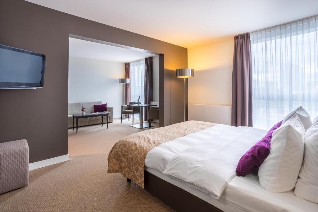 Tempat tidur dalam kamar di The Rilano Hotel München