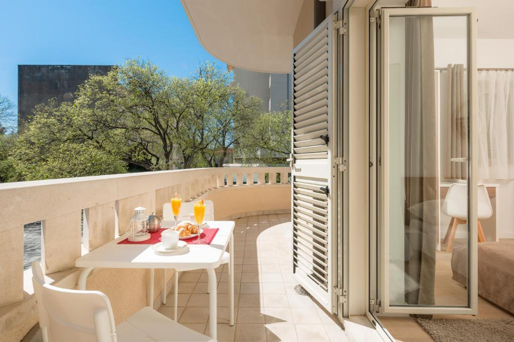 A balcony or terrace at Aparments Urban Chic