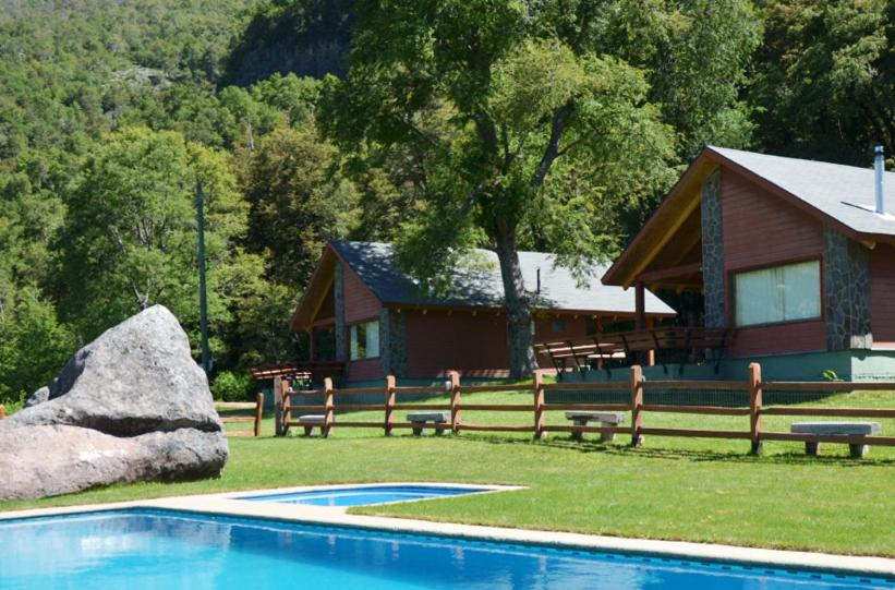The swimming pool at or near Cabañas Piedrapiramide