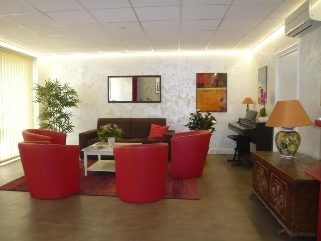 The lobby or reception area at Hotel Parisien