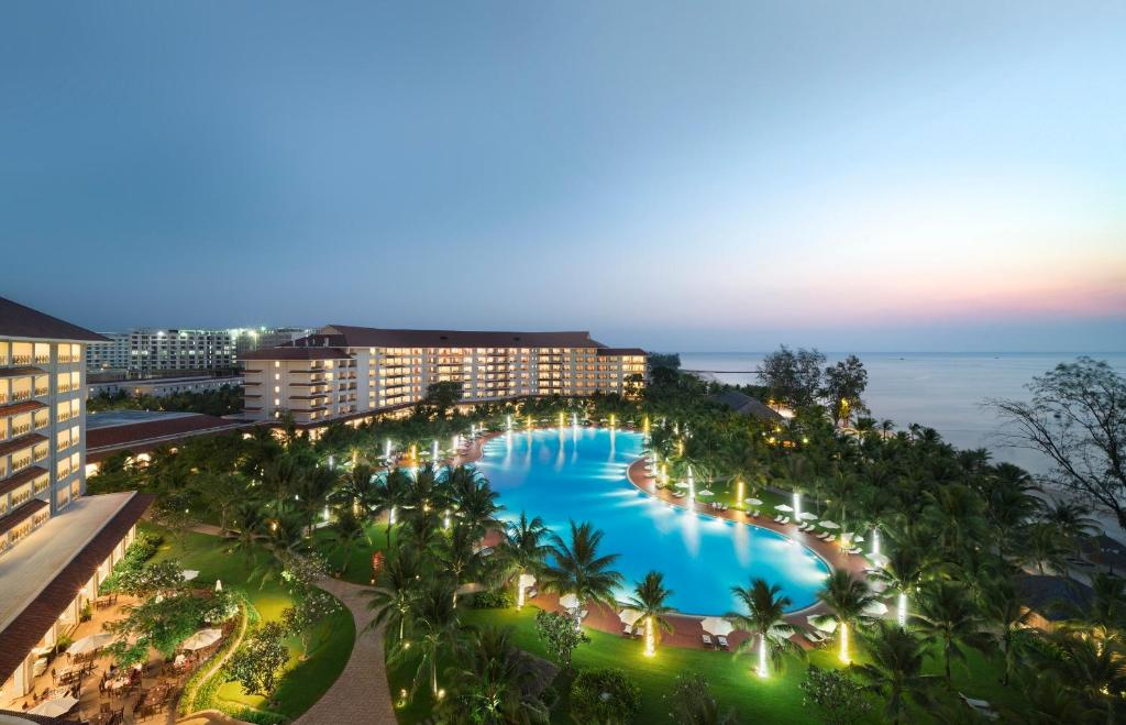 A view of the pool at Vinpearl Resort & Spa Phu Quoc or nearby