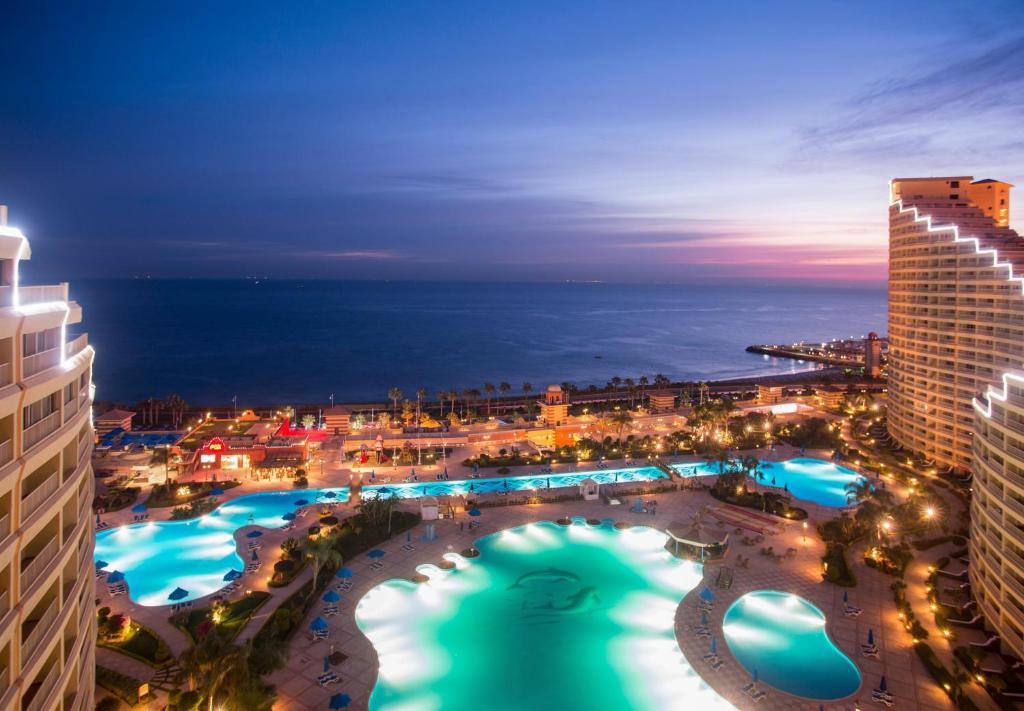 A view of the pool at Porto Sokhna Beach Resort or nearby