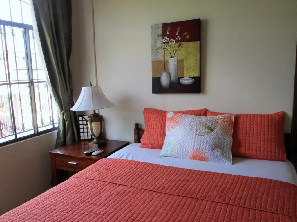 A bed or beds in a room at Hotel San Mateo