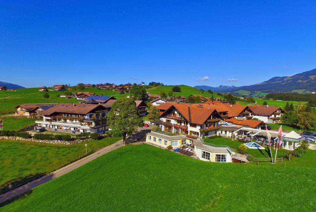 Blick auf Wohlfühlhotel Berwanger Hof aus der Vogelperspektive