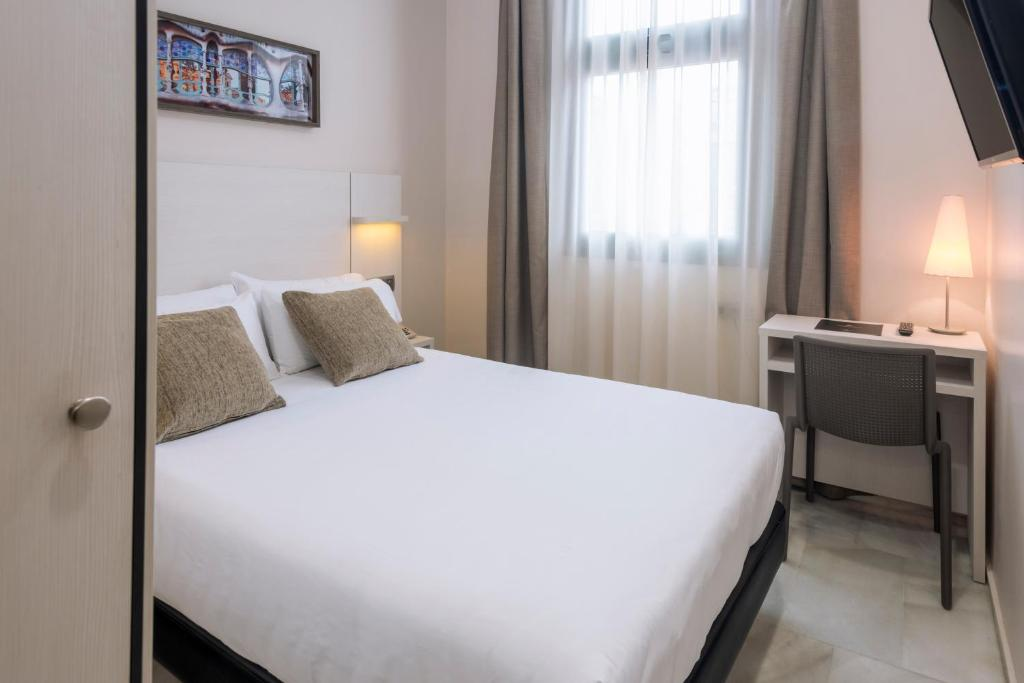 A bed or beds in a room at Hotel Serhs Carlit