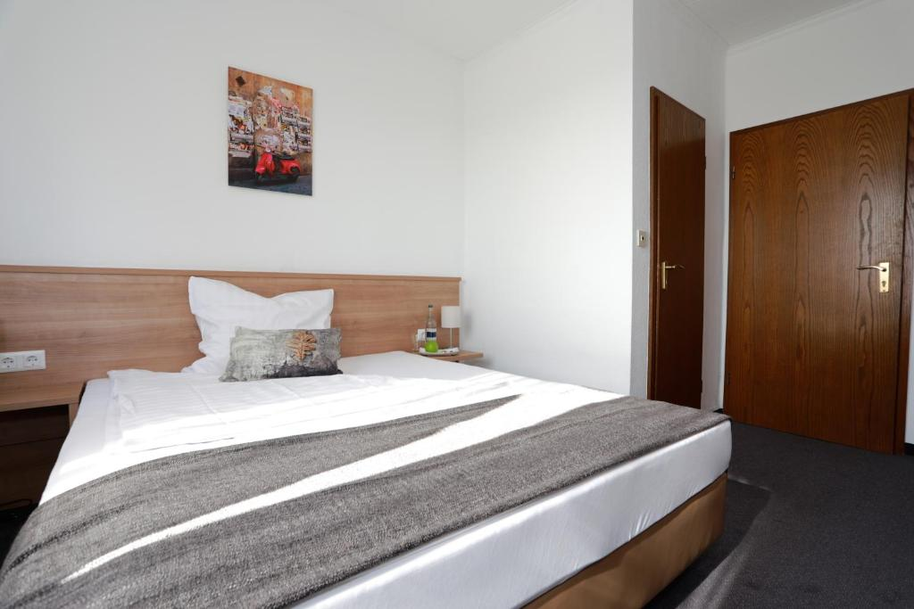 A bed or beds in a room at Hotel zwei&vierzig