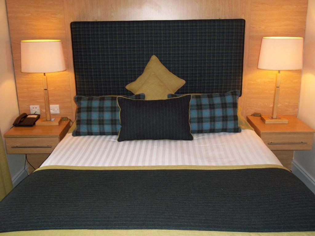 A bed or beds in a room at Northern Hotel