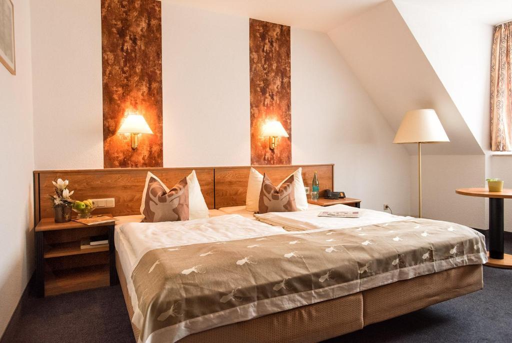 Ein Bett oder Betten in einem Zimmer der Unterkunft Hotel & Restaurant Zum Hirsch