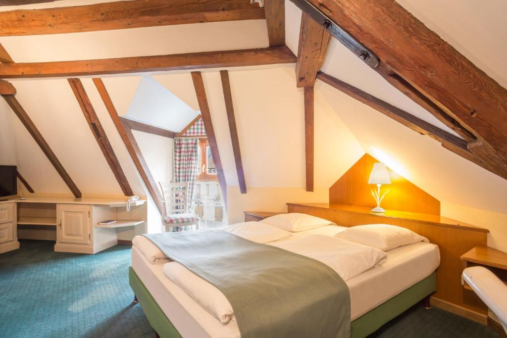 A bed or beds in a room at Hostellerie Schwendi