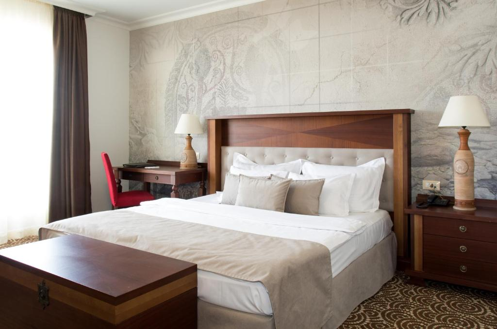 A bed or beds in a room at Arena Di Serdica Hotel