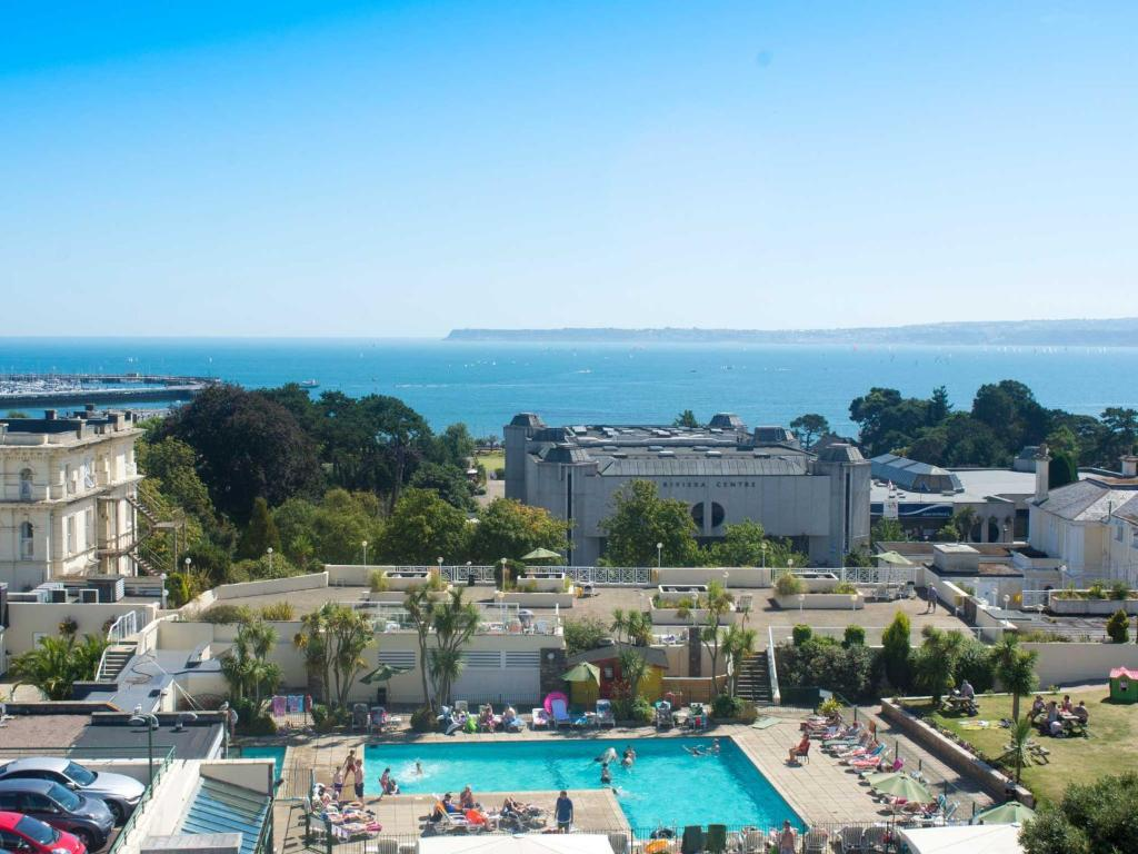 Вид на бассейн в TLH Carlton Hotel And Spa (TLH Leisure Resort) или окрестностях