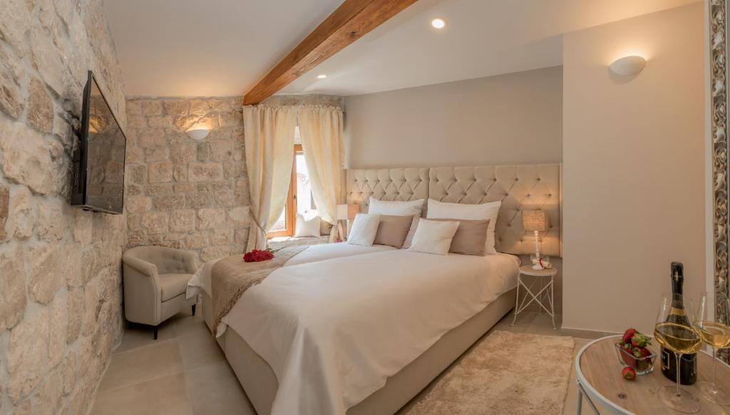 A bed or beds in a room at Jupiter Lux Rooms