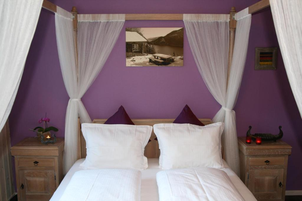 A bed or beds in a room at Dalen Bed & Breakfast