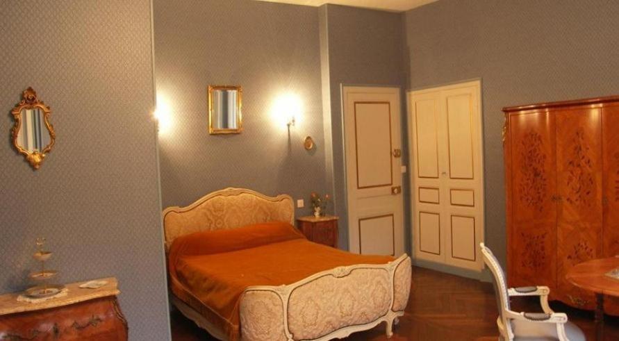 A bed or beds in a room at Chambres d'Hôtes Le Château des Requêtes