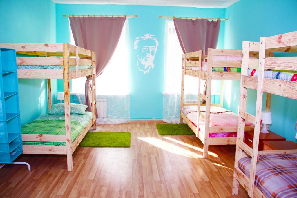 Двухъярусная кровать или двухъярусные кровати в номере Art hostel Book