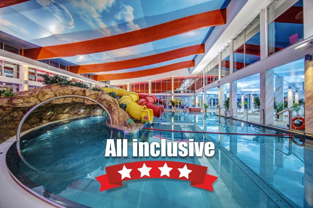 Basen w obiekcie Aquapark Health Resort & Medical SPA Panorama Morska All Inclusive lub w pobliżu