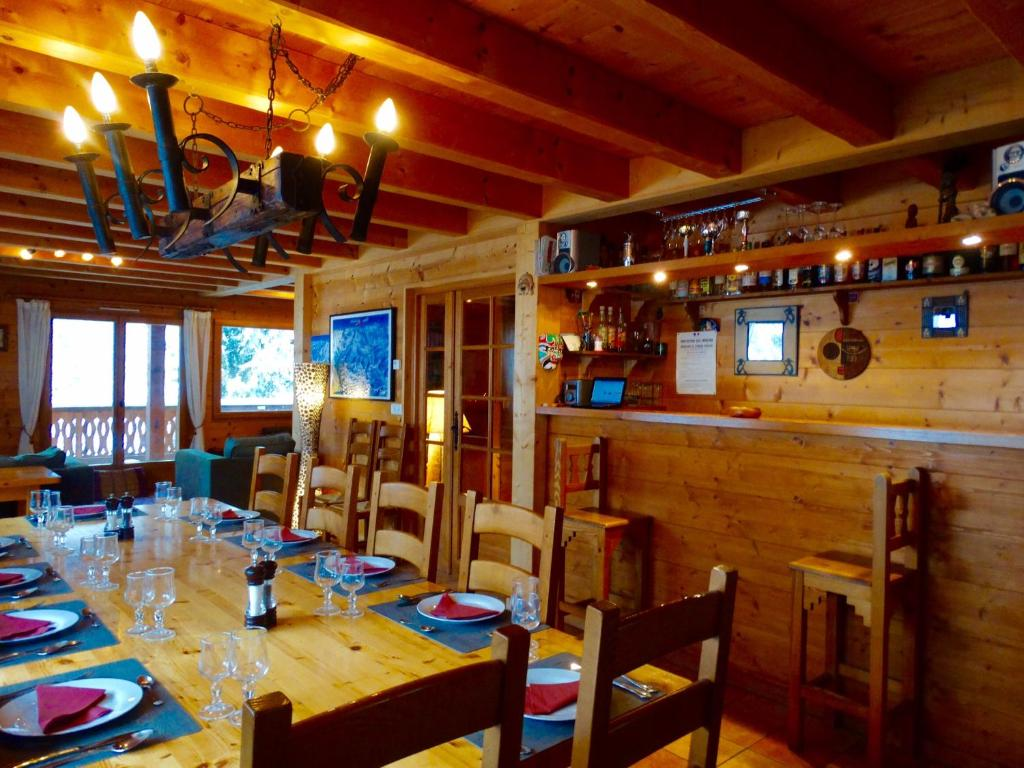 A restaurant or other place to eat at Chalet Shufu