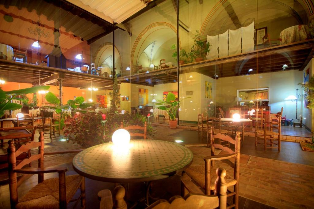 A restaurant or other place to eat at Hotel El Convent 1613