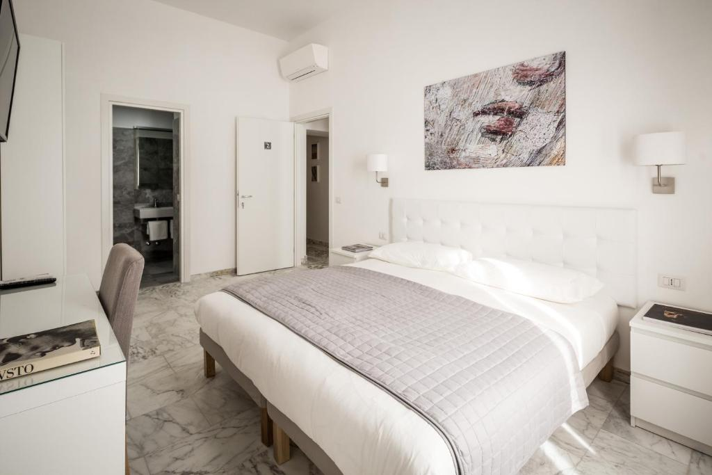 A bed or beds in a room at Vinci House