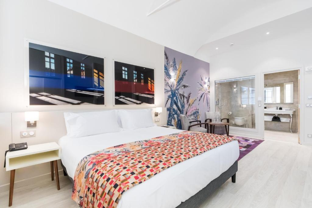 A bed or beds in a room at Palais Saleya Boutique hôtel