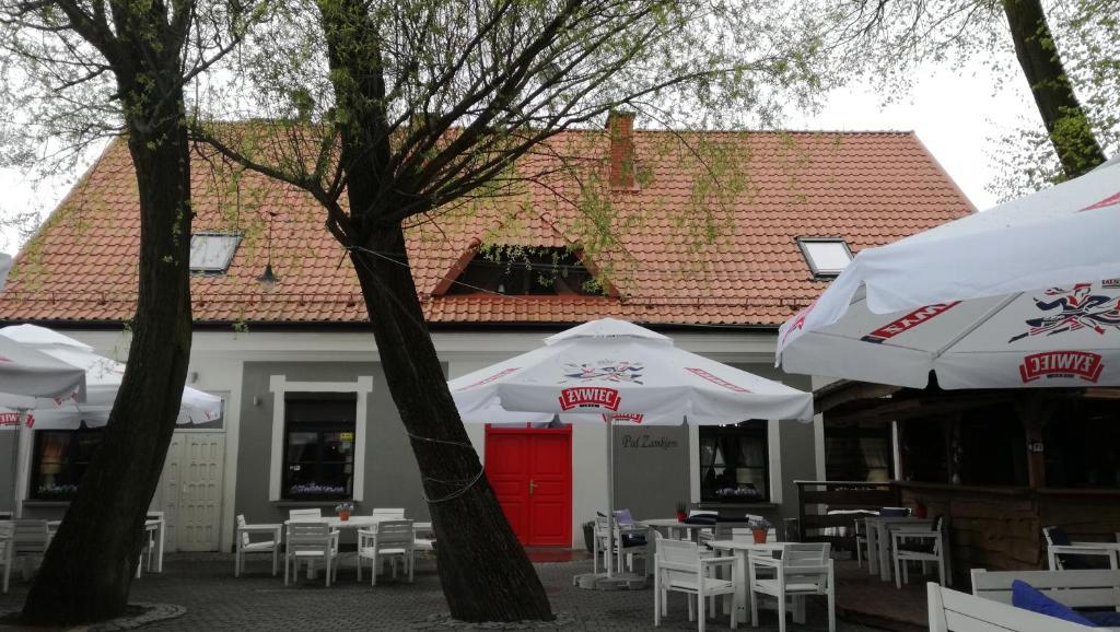 A restaurant or other place to eat at Zajazd pod Zamkiem
