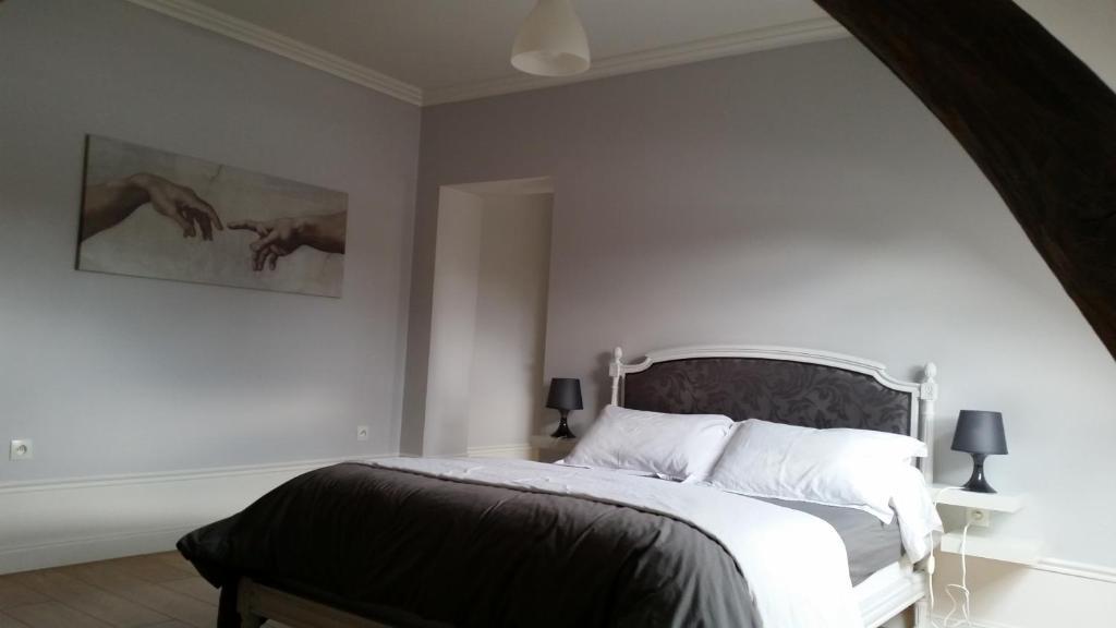 Un ou plusieurs lits dans un hébergement de l'établissement Table et Chambres d'Hôtes Le Colombier