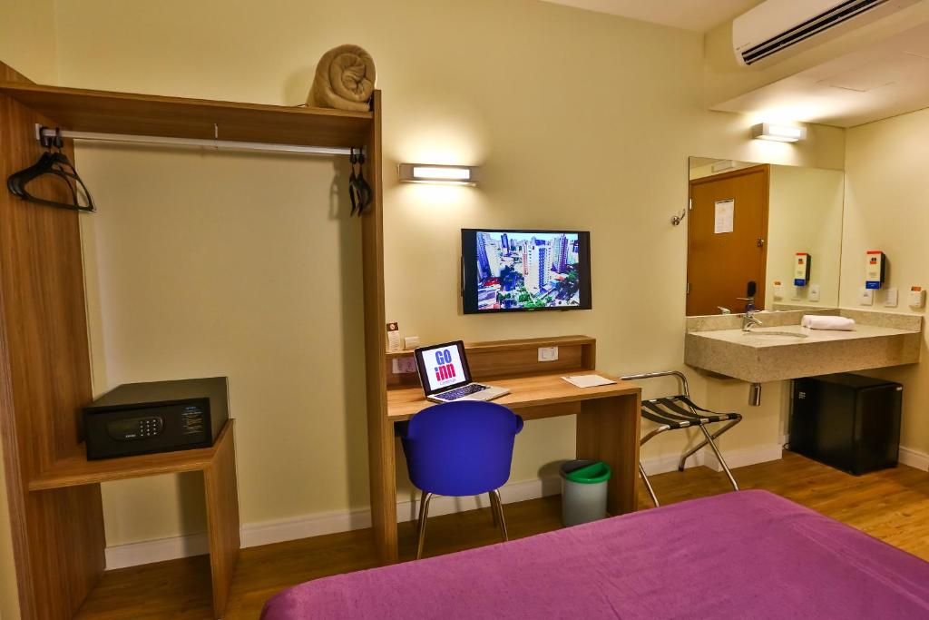 A television and/or entertainment center at Go Inn Campinas